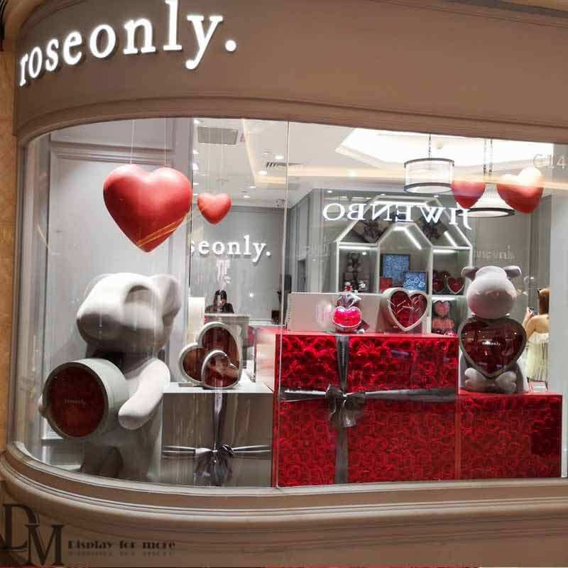 Fascinating Holiday Window Displays With Creative Retail Display Ideas